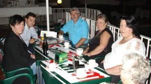 Familjen Klang reste till Teneriffa men fick inte äta i hotellrestaurangen. Från vänster sonen Kristoffer Klang, hotelldirektör Benito Socas, Stefan Klang, Anneli Klang, dottern Madelene Klang och Annelis mamma Elisabet Larsson (med ryggen mot kameran).